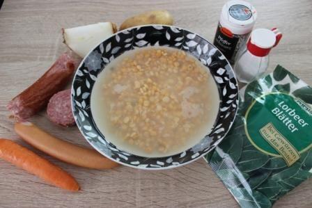 Гороховий суп з ковбасою