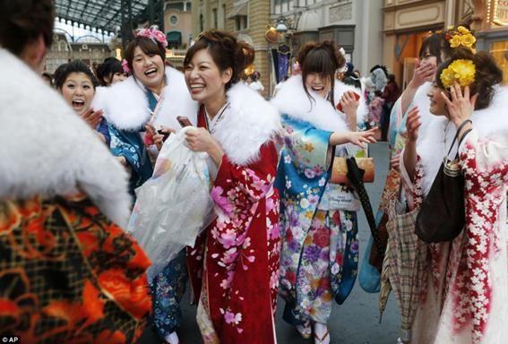 Юні японки святкують вступ у доросле життя
