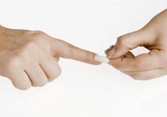 Чому відшаровуються нарощені нігті