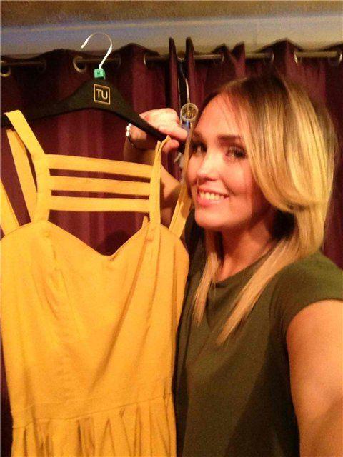 Напівгола продавщиця сукні стала зіркою мережі. Фотографії