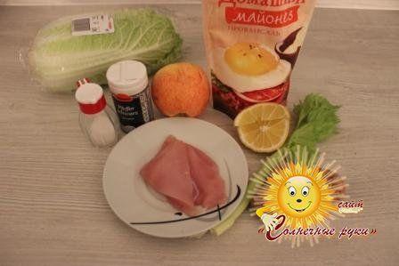 Салат з куркою, горіхами і яблуком